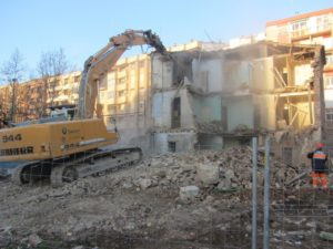 Demolición del edificio junto al colegio Agustín de Gericó en el barrio zaragozano de San José