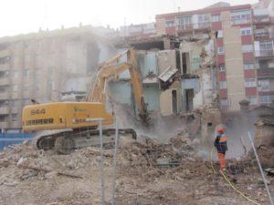 Derribo del edificio en el barrio de San José por Reciclados y Demoliciones San Juan